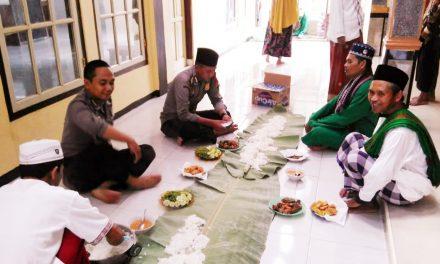 Safari Jumat, Personel Polsek Rajapolah Bersih-bersih Masjid di Desa Rajamandala