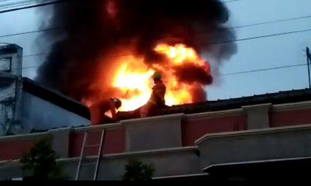 Pabrik Plastik Dollar di Cikurubuk Tasik Dilalap si Jago Merah, Petugas Kesulitan Padamkan Api