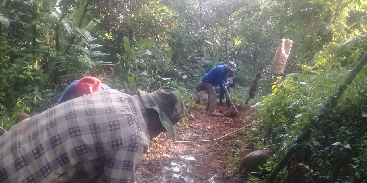Longsor, Jalan Menuju Desa Cimanintin Tertutup Material Setinggi 17 Meter