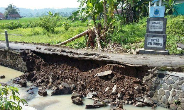 Sudah Sebulan Kirmir Sungai Cibeber Ambrol, Dinas PUPR: Mudah-mudahan Tahun Ini Diperbaiki