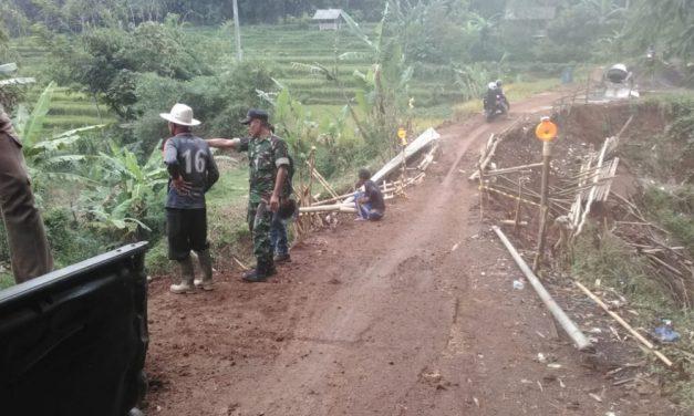 Bersama Koramil, Warga Cilayung Jatinangor Swadaya Perbaiki Jalan Rusak