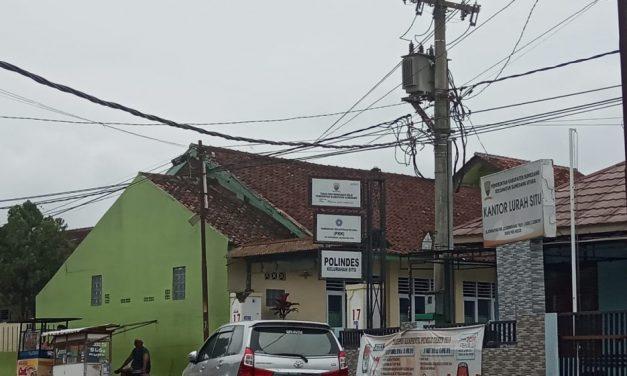 Melintang dan Turun ke Jalan, Kabel PLN di Depan Kantor Kelurahan Situ Bahayakan Warga