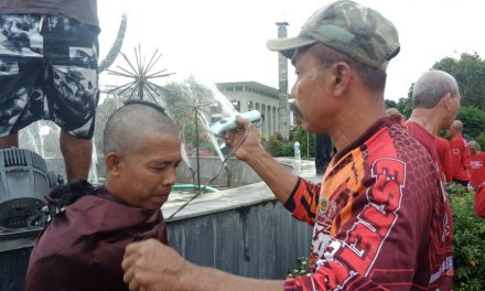 Menang Versi Lembaga Survei, Ratusan Relawan Jokowi di Pangandaran Cukur Kepala Sampai Botak