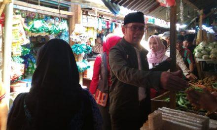 Pantau Harga Sembako di Pasar Parakanmuncang Sumedang, Gubernur Emil: Warga Jangan Belanja Berlebihan