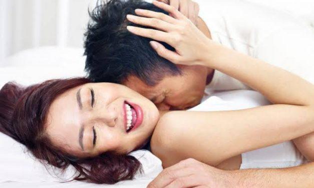 Penis Kamu Kecil? Ini Posisi Seks yang Tepat untuk Puaskan Pasangan