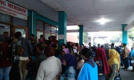 Gangguan Jaringan dan Blangko e-KTP Kosong, Warga Membeludak di Disdukcapil