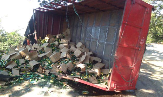 Truk Muatan Botol Jamu Terguling di Jalan Raya Bandung-Cirebon