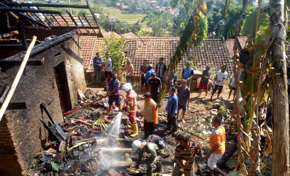 Lupa Matikan Tungku, si Jago Merah Lalap Rumah Permanen di Sukajaya Sumedang