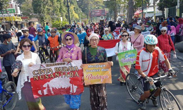 Tolak Referendum Papua, Komunitas Seni Budaya Gelar Aksi di Car Free Day Kota Bandung