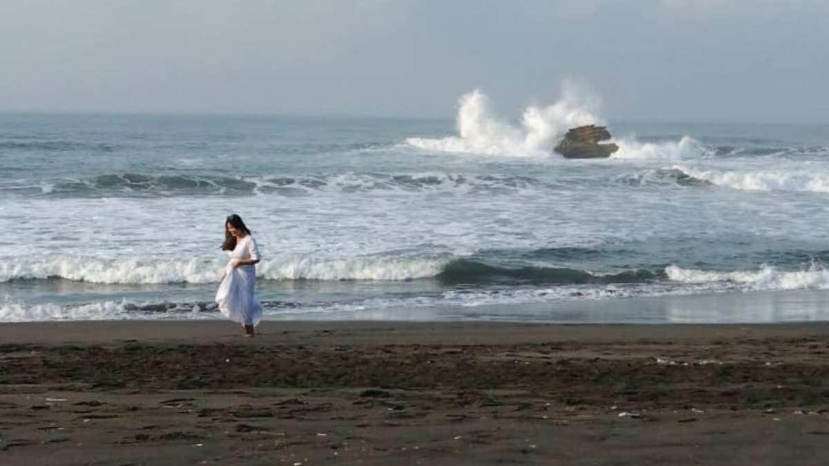 Putri Kandita Mandi Air Laut