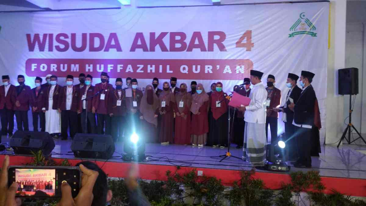 WAKIL Gubernur Jawa Barat Uu Ruzhanul Ulum saat wisuda akbar Forum Huffazhil Qur'an ke 4 di Hall Center Kampus STMIK Tasikmalaya, Rabu (16/6/2021). indra/ruber.id