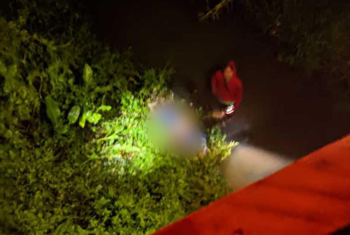 PRIA tanpa identitas tewas setelah terserempet kereta api di pintu rel Ciherang, Cibeureum, Kota Tasikmalaya, Rabu (16/6/2021) malam. foto: sebaran whatsapp