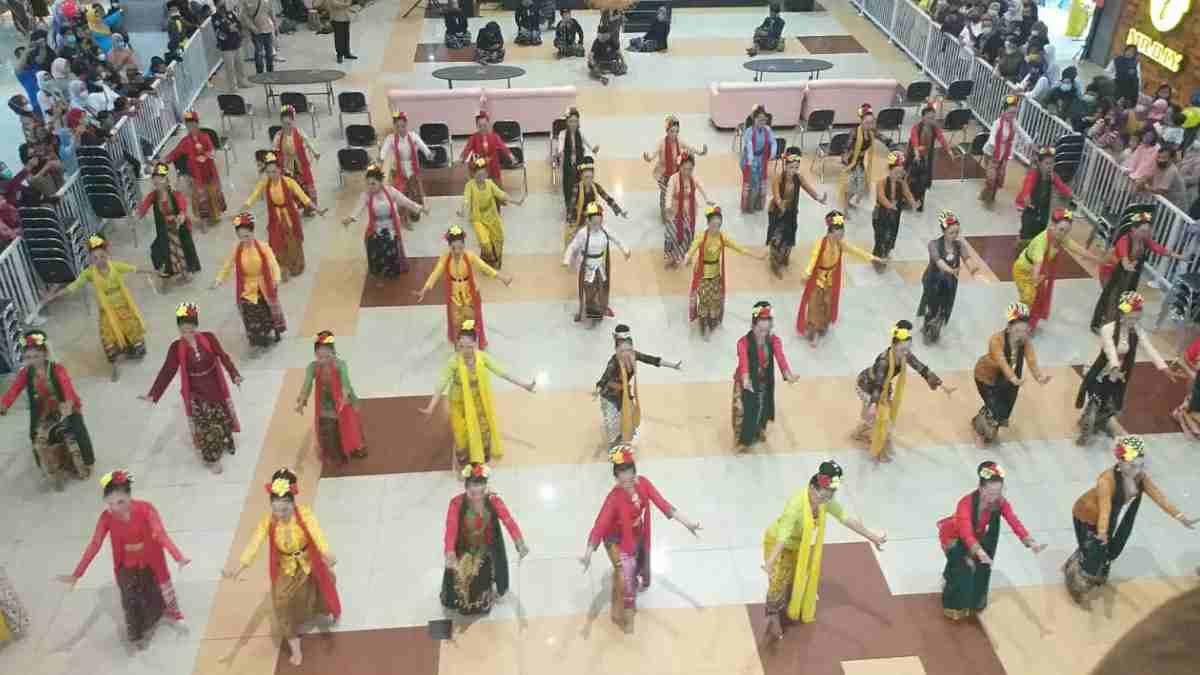 Tari Kolosal pada Kibar Budaya Jilid 6 di Tasikmalaya