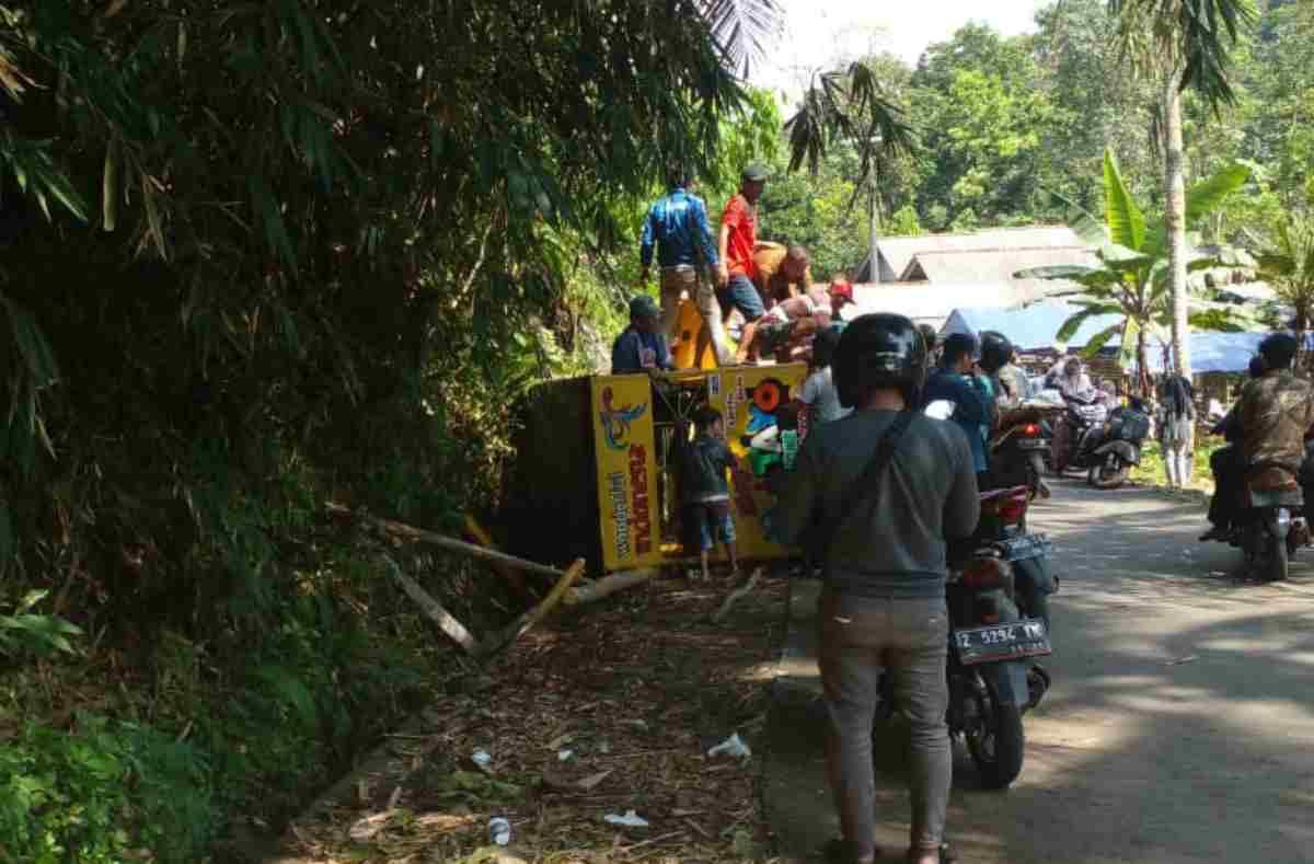 SALAH satu odong-odong yang mengalami kecelakaan saat berwisata ke salah satu objek wisata di Ciamis. foto: sebaran whatsapp/ruber.id