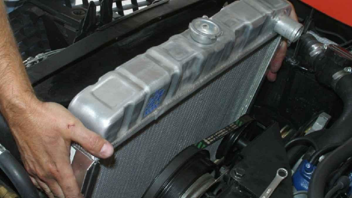 PERAWATAN radiator sangat penting agar mesin mobil tidak mudah rusak. foto: otopedia.com