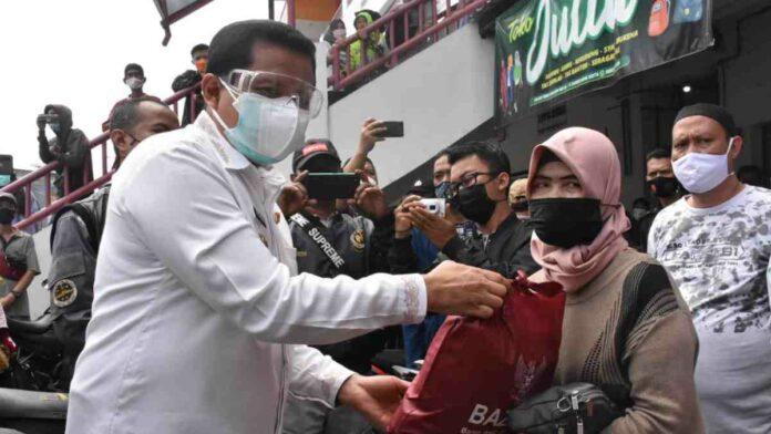 Bansos PPKM untuk Pedagang di Pasar Sandang Sumedang
